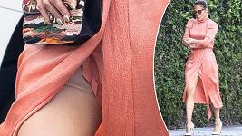 Jennifer Lopez nosí stahovací prádlo.