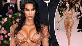 Kim Kardashian podle fanoušků kvůli této róbě podstoupila bolestivý zákrok.