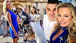Lucie Borhyová na svatbě svého bratra zářila štěstím.