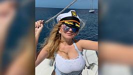 Martina Formanová si užívá u moře.