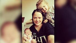 Leona se svými dcerkami Theodorou a novorozenou Tamarkou