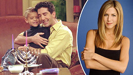 Cole Sprouse alias Ben na Jennifer Aniston jen tak nezapomene.