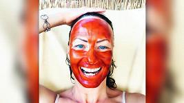 Herečka se předvedla s maskou na tváři.