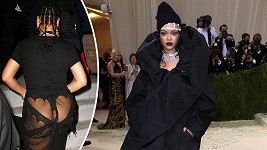 Rihanna a její modely na Met Gala