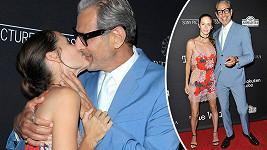 Jeff Goldblum s manželkou se od sebe nemohou odtrhnout.