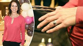 Herečka ukázala zásnubní a snubní prsten.