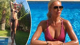 Simona Krainová vystavila své božské tělo v bikinách u bazénu.