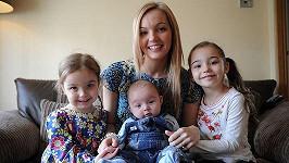 Lowri Dearsleyová se svými dcerami Ellou a Evie a nejmladším synkem Harrisonem