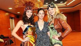 Finalistky České Miss 2011 Lucie Klukavá a Barbora Zelená s návrhářkou a modelkou Leonou Grešákovou