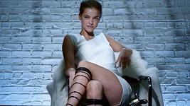 Barbara Palvin jako Sharon Stone