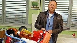 Moderátor Karel Voříšek předal motolskému novorozeneckému oddělení darem postýlku a dárky pro děti.