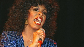 Legendární zpěvačka Donna Summer podlehla rakovině.