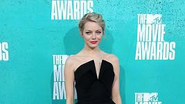 Emma Stone v dvoubarevné verzi od Martin Grant.
