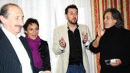 Domenico diskutoval s kapelou, když se začalo fotit.