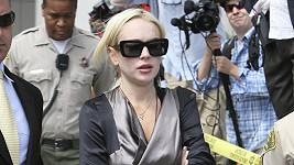 Takhle pěkně oblečená vyrazila Lindsay Lohan před soud.