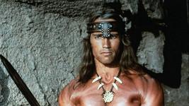 Dlouhé husté vlasy Arnolda Schwarzeneggera v roli Brabara Conana.
