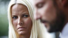 Princezna Mette-Marit se dívá na svého manžela prince Haakona, který hovoří o obětech útoku.