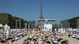 Pod Eiffelovou věží se sešlo velké množství milovníků jógy.