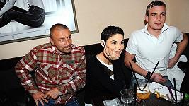 Tomáš Řepka s bratrancem Radimem a přítelkyní Vlaďkou Erbovou na valentýnské párty