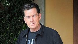 Charlie Sheen byl vzteky bez sebe, když se dozvěděl z médií o svém vyhazovu ze seriálu Dva a půl chlapa.