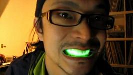 Nový módní doplněk - svítící úsměv.