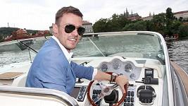 Leoš Mareš v roli kapitána.