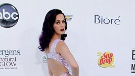 V souladu se svým fialovým přelivem si zpěvačka pro tento večer oblékla metalické šaty v chladném lila odstínu se sníženou bohatě řasenou sukní z podzimní kolekce Blumarine, jejichž vršek byl posetý duhovými flitry.