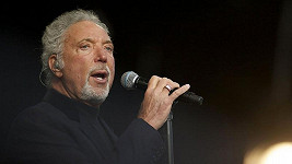 Zpěvák Tom Jones.
