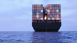 Na podobné lodi byl v jednom z kontejnerů Bangladéšan uvězněn.