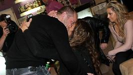 Takhle divokou líbačku předvedl herec Filip Blažek.
