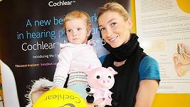 Dominika Mesarošová s jednou z postižených holčiček, která má vadu sluchu již od narození.