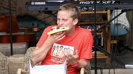 Samec Jakub Prachař si pochutnával na pizze.