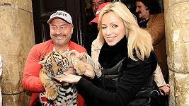 Michal David a Kateřina Brožová s tygrem na křtu CD muzikálu Kat Mydlář