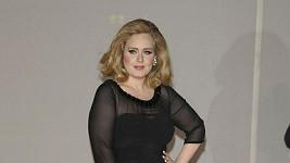 Adele zůstala věrná černá v šatech Burberry.