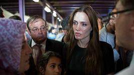 Šok ve tváři Angeliny Jolie.