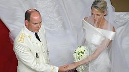 Princ Albert II. s Charlene Wittstock během včerejšího církevního obřadu.