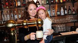 Markéta Hrubešová vede dceru Christell k lásce k pivu.