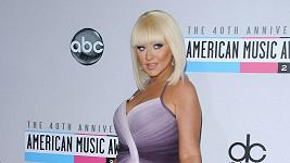 Christina Aguilera si po dlouhé době vzala vkusné šaty.