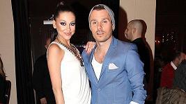 Leoš Mareš v novém outfitu se svou přítelkyní.