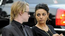 Macaulay Culkin a Mila Kunis na pohřbu Michaela Jacksona.