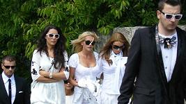 Dara Rolins (uprostřed) v bílém na pohřbu stylisty Alexe.