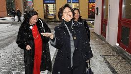 Kambodžská princezna Norodom Arunrasmy do Prahy přiletěla se sestrou. K hotelu je doprovodila přítelkyně krále Renata Sabongui.