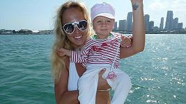 Zuza Belohorcová s dcerkou na vyjížďce po oceánu.