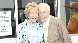 Kirk Douglas s manželkou.