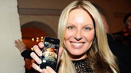 Simona Krainová ukazuje fotku svého syna Maxe.
