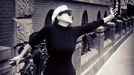 Yoko Ono zatančila přímo na ulici.