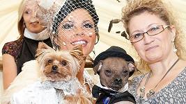 Louise Harrisová (vlevo) s fenkou Lolou a Bev Nicholsonová s Muglym.