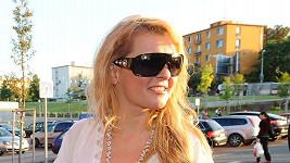 Iveta Bartošová zprvu skrývala oči pod slunečními brýlemi