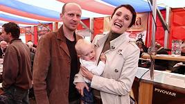 Ester s manželem a dcerou Sárou.