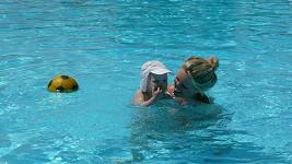 Maxíkovi se v bazénu líbilo.